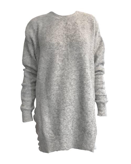 Der Sweater Ruffles ist ein schöner längerer Pullover, der zu allem kombinierbar ist. Durch die Farbe und den süßen Schnitt fallen Sie garantiert auf.