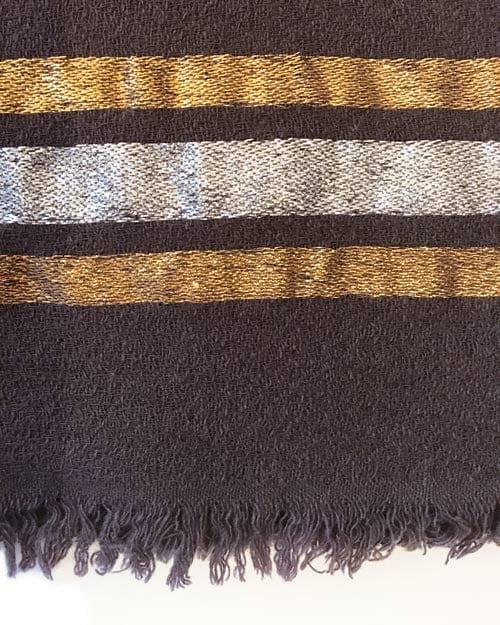 Ein schönes, hochwertiges Tuch von 10 days in Lava mit Lurex- Streifen. Das Material ist locker gewebt und sehr weich. Die Ränder des Tuches sind lässig ausgefranst.